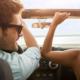 3B Vorsorge: Junges Paar fahren im Cabrio glücklich durch die Gegend.