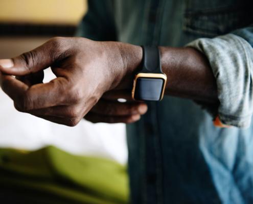 Wertsachenversicherung: Ein Mann zieht seine elegante Uhr an.