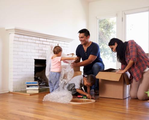 Rechtsschutz für Eigenheimbesitzer: Junge Familie beim Umzug in ihr neues Zuhause. Eine gute Möglichkeit sich bei V&V Consulting GmbH mit einer Rechtsschutz Versicherung für das Eigenheim abzusichern.