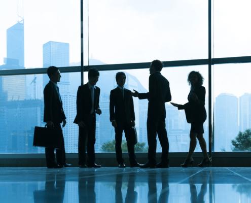 Betriebsrechtschutz: Unternehmen empfängt Anwälte. Ein bläulich dunkles Bild in einem Gebäude mit hohen Fenstern. Ein Betriebsrechtsschutz können Sie bei V&V Consulting GmbH abschließen.