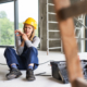 Unfallversicherung UVG: Frau bei arbeit sitzt mit schmerzendem Gesicht auf dem Boden und hält sich den Arm. Eine Unfallversicherung UVG unterstützt Sie und Ihre Arbeitgeber bei einem Arbeitsunfall.