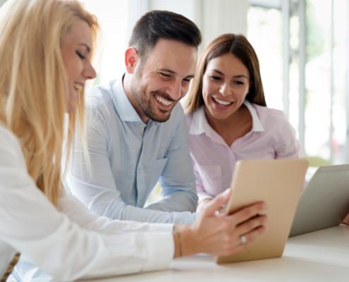 Ehepaar mit Steuerberaterin. Steuerklärung ausfüllen lassen ist einfach mit V&V Consulting GmbH