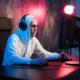 Gaming und E-Sports Versicherung: Ein E-Gamer am Gamer-PC beim Spielen.
