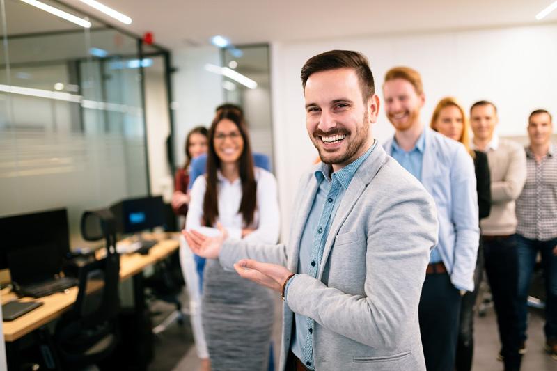 Vermögensberater beim Empfang eines neuen Arbeitskollegen. Stellenanzeigen bei VV Consulting GmbH.